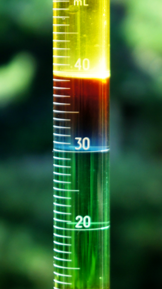 Graduated cylinder showing how liquids with different densities separate. Photo: By Kelvinsong - Own work, CC BY 3.0, https://commons.wikimedia.org/w/index.php?curid=27255168