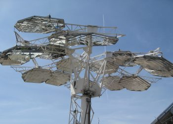 Solar Concentrator Array. Credit: Wikimedia Commons